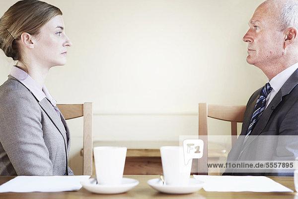 Seriöse Geschäftsleute sitzen im Cafe