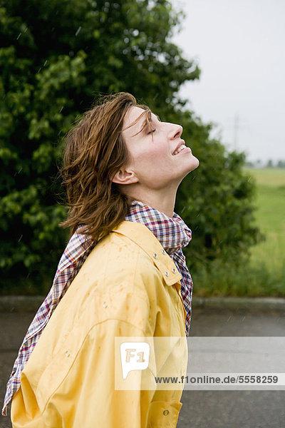 Lächelnde Frau auf der Landstraße