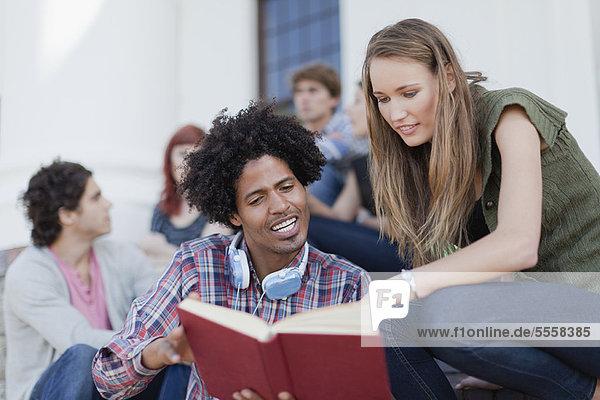 Studenten  die gemeinsam auf dem Campus studieren