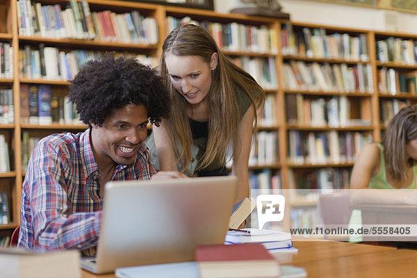 Zusammenhalt  lernen  Bibliotheksgebäude  Student