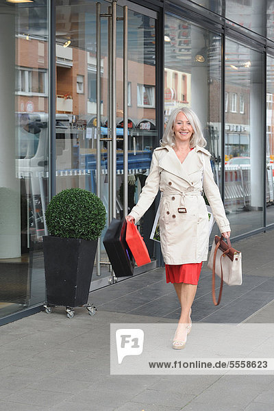 Ältere Frauen beim Einkaufen im Stadtzentrum