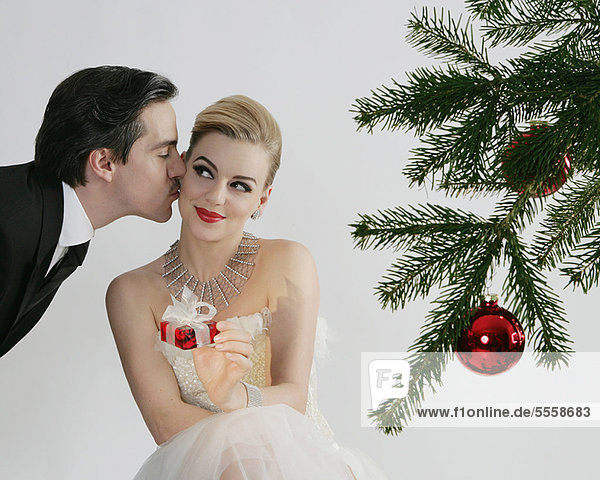 Pärchenküssen am Weihnachtsbaum