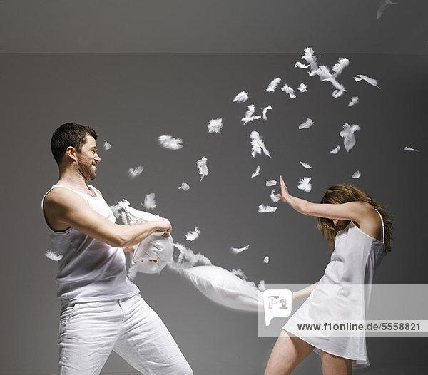 Paar mit Kissenschlacht