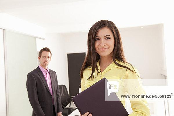 Geschäftsfrau  Computer  tragen