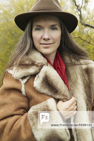 Frau Mantel Kleidung Menschenreihe alt