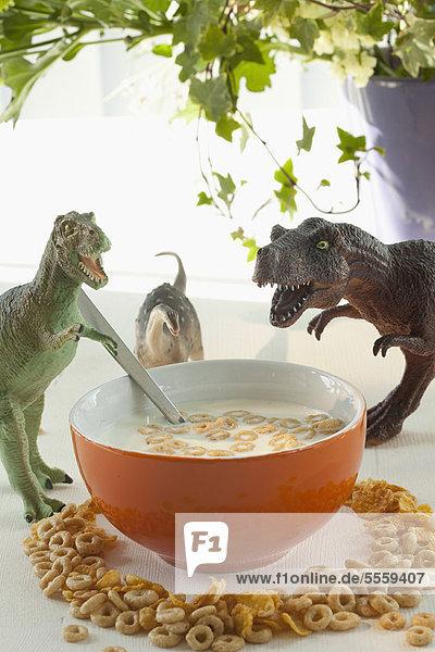 Spielzeug-Dinosaurier mit Getreideschale