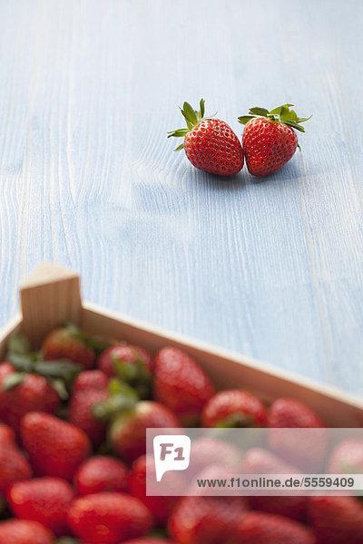 Außenaufnahme  Paar  Paare  Erdbeere