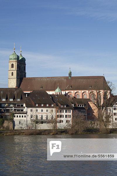 Rheinufer mit Fridolinsmünster  Bad Säckingen  Landkreis Waldshut  Hochrhein  Schwarzwald  Baden-Württemberg  Deutschland  Europa  ÖffentlicherGrund