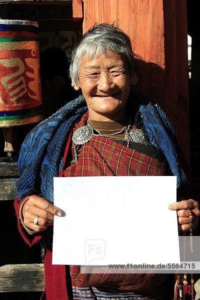 Portrait  Frau  Papier  geben  weiß  Bhutan