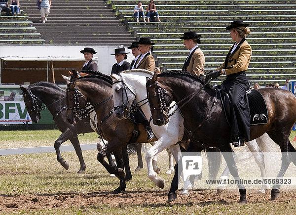 Reiterinnen in traditioneller Kleidung demonstrieren im Schauprogramm auf der Pferd International München ihr Können  München  Bayern  Deutschland  Europa