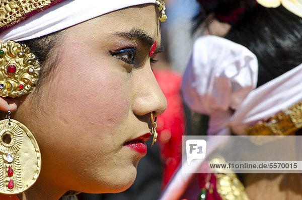 Junge Frau wartet darauf  Ritualtänze beim Hornbill Festival aufzuführen  Kohima  Nagaland  Asien