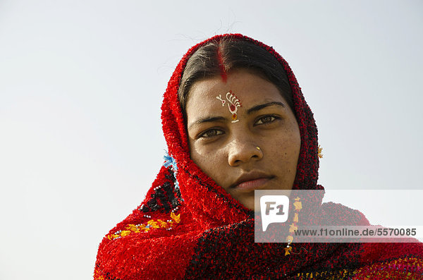 Pilgrim woman with a Tilak on her forehead  at Sangam  the confluence of the holy rivers Ganges  Yamuna and Saraswati  in Allahabad  Uttar Pradesh  India  Asia