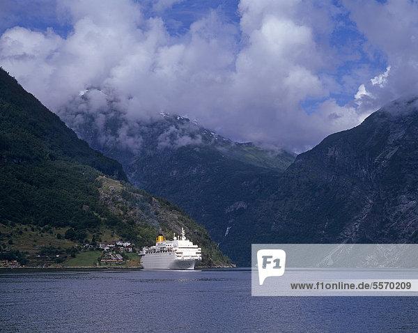 Kreuzfahrtschiff im Geirangerfjord  UNESCO Weltnaturerbe  M¯re og Romsdal  Möre og Romsdal  Norwegen  Skandinavien  Europa