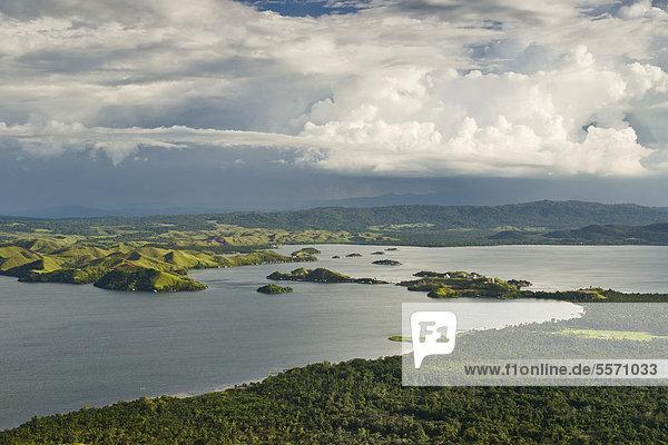 Dramatische Wolken über Sentani See  Sentani  Jayapura  West Papua  West-Neuguinea  Indonesien  Asien