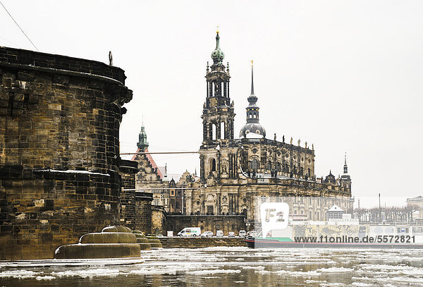 Elbufer im Schnee  Elbe für Schifffahrt gesperrt  Dresden  Sachsen  Deutschland  Europa  ÖffentlicherGrund