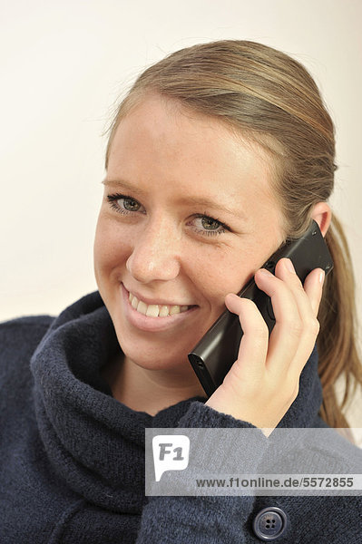Junge Frau telefoniert