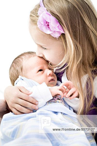 Baby  Junge  1 Monat  wird von seiner Schwester gehalten