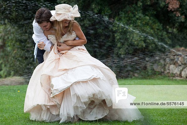 Braut und Bräutigam spielen