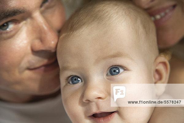Baby mit Eltern  zugeschnittenes Porträt