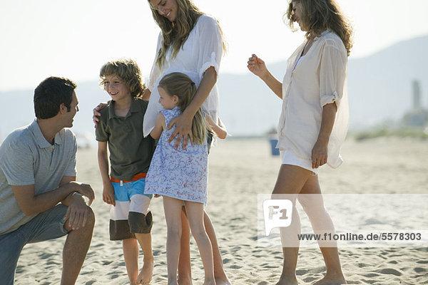 Familie verbringt Zeit zusammen am Strand