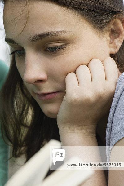 Junge Frau beim Lesen  Nahaufnahme