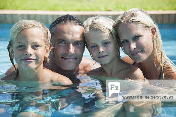 Familie zusammen im Pool  Portrait