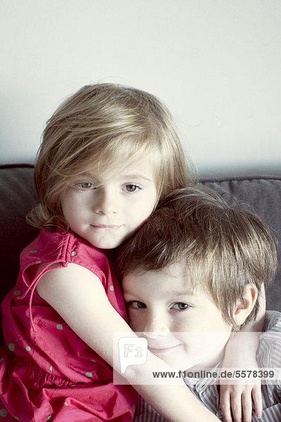 Junge Geschwister umarmend  Portrait