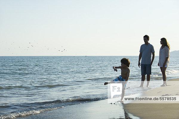 Familie zusammen am Strand