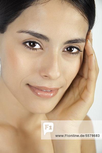 Frau berührt Gesicht  Portrait