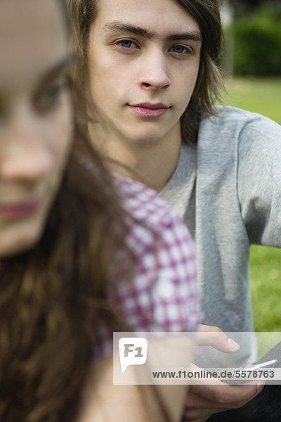 Junger Mann mit Texttelefon  Portrait