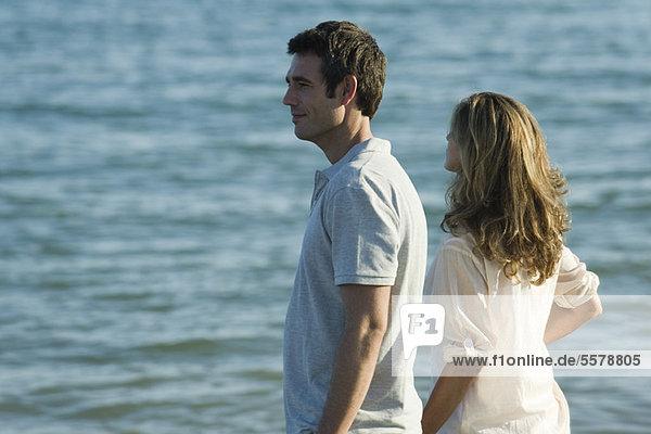 Paar mit Blick aufs Meer