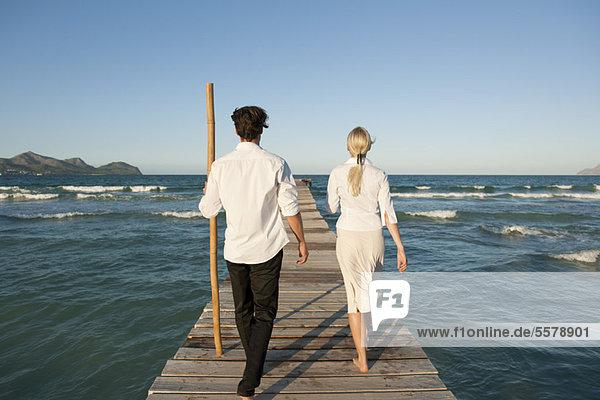 Paar auf dem Pier über Wasser  Rückansicht