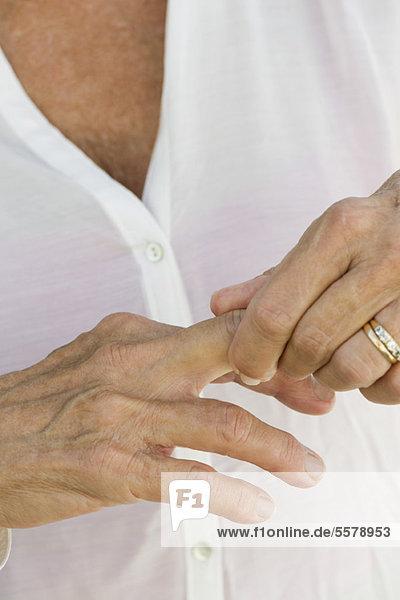 Seniorenfrau reibt Knöchel  abgeschnitten