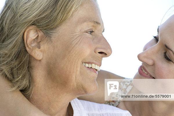 Mutter sieht erwachsene Tochter an