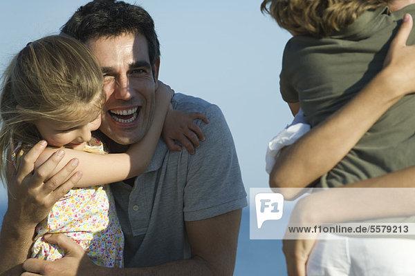 Vater und Tochter umarmen sich im Freien