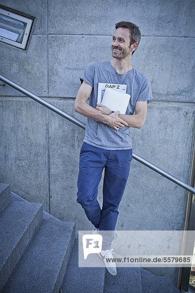 Mann mit Zeitschrift im Freien
