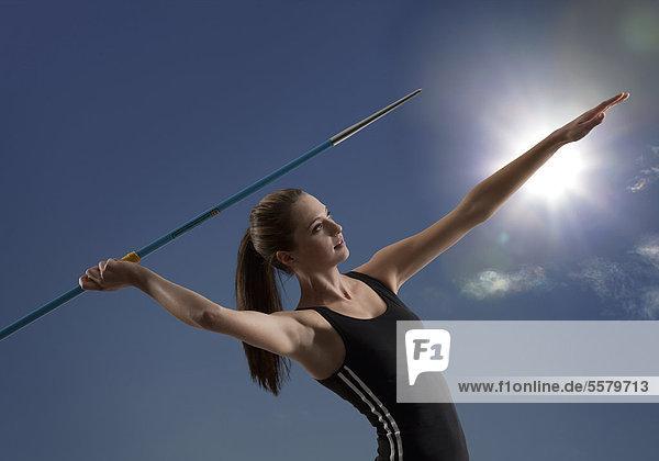 Junge Athletin beim Speerwurf