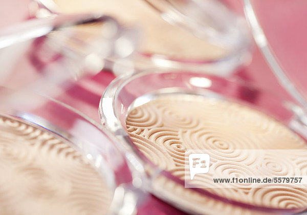 Kosmetikpuder in Glasschälchen