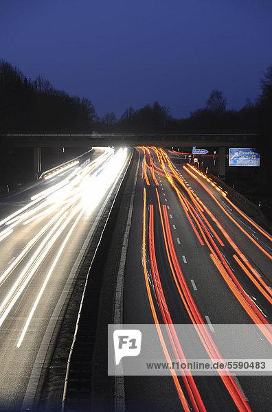 Autobahn  Spuren bei Nacht  Abfahrt Pinneberg  Schleswig-Holstein  Deutschland  Europa