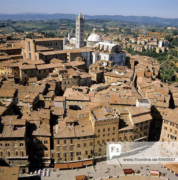 Blick vom Torre del Mangia auf die Piazza del Campo  Dom von Siena  Toskana  Italien  Europa
