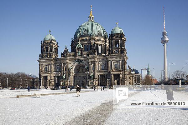 Berliner Dom mit Fernsehturm im Schnee  Berlin  Deutschland  Europa
