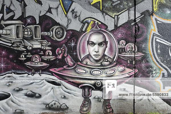 Graffito  Mann in fliegender Untertasse mit Glaskuppel auf dem Mond  Duisburg-Bruckhausen  Nordrhein-Westfalen  Deutschland  Europa Graffito, Mann in fliegender Untertasse mit Glaskuppel auf dem Mond, Duisburg-Bruckhausen, Nordrhein-Westfalen, Deutschland, Europa