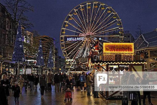 Weihnachtsmarkt mit Riesenrad am Abend  Königsstraße  Duisburg  Nordrhein-Westfalen  Deutschland  Europe Weihnachtsmarkt mit Riesenrad am Abend, Königsstraße, Duisburg, Nordrhein-Westfalen, Deutschland, Europe