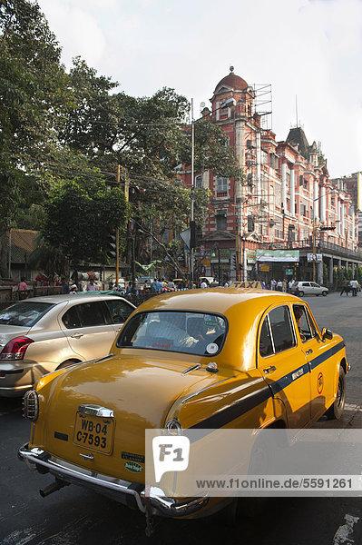 Verkehr  gelbes Taxi  Ambassador  alte britische Architektur der Kolonialzeit  Chowringhee  Kalkutta  Kolkata  Westbengalen  Indien  Südasien  Asien