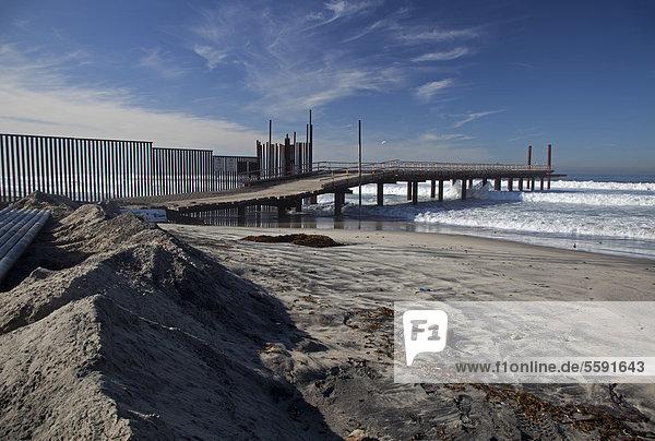'Das ''Surf Fence Project''  Zaun-Brandungsprojekt  der US Border Patrol verlängert den Grenzzaun zwischen den Vereinigten Staaten und Mexiko weiter in den Pazifischen Ozean hinein  San Ysidro  Kalifornien  USA'
