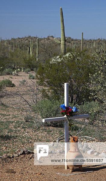 Ein Schrein am Straßenrand in der Tohono O'odham Reservation  Reservat  markiert die Stelle eines tödlichen Autounfalls  Sells  Arizona  USA