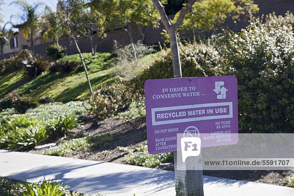 Ein Schild warnt vor dem Trinken von wieder aufbereitetem Wasser  das für die Bewässerung benutzt wurde  recyceltes oder rückgewonnenes Wasser ist Abwasser das für etliche Anwendungen außer zum Trinken benutzt werden kann  Chula Vista  Kalifornien  USA