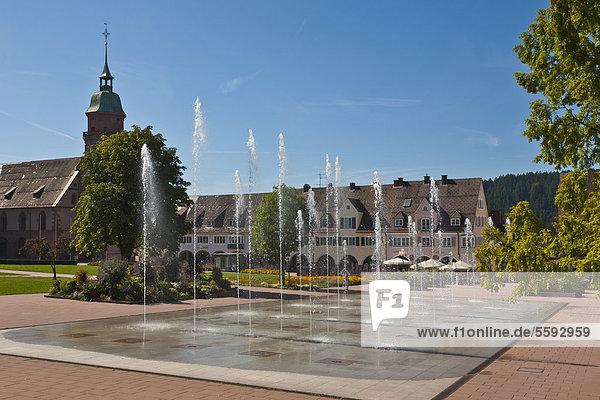 Brunnensee am Unteren Marktplatz  Wasserfontänen  Marktplatz  Freudenstadt  Schwarzwald  Baden-Württemberg  Deutschland  Europa