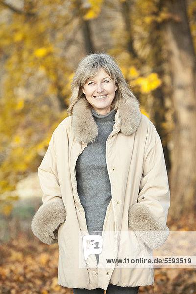 Deutschland  Oberbayern  Seniorin lächelnd  Portrait