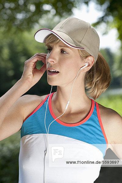 Mittlere erwachsene Frau beim Musikhören